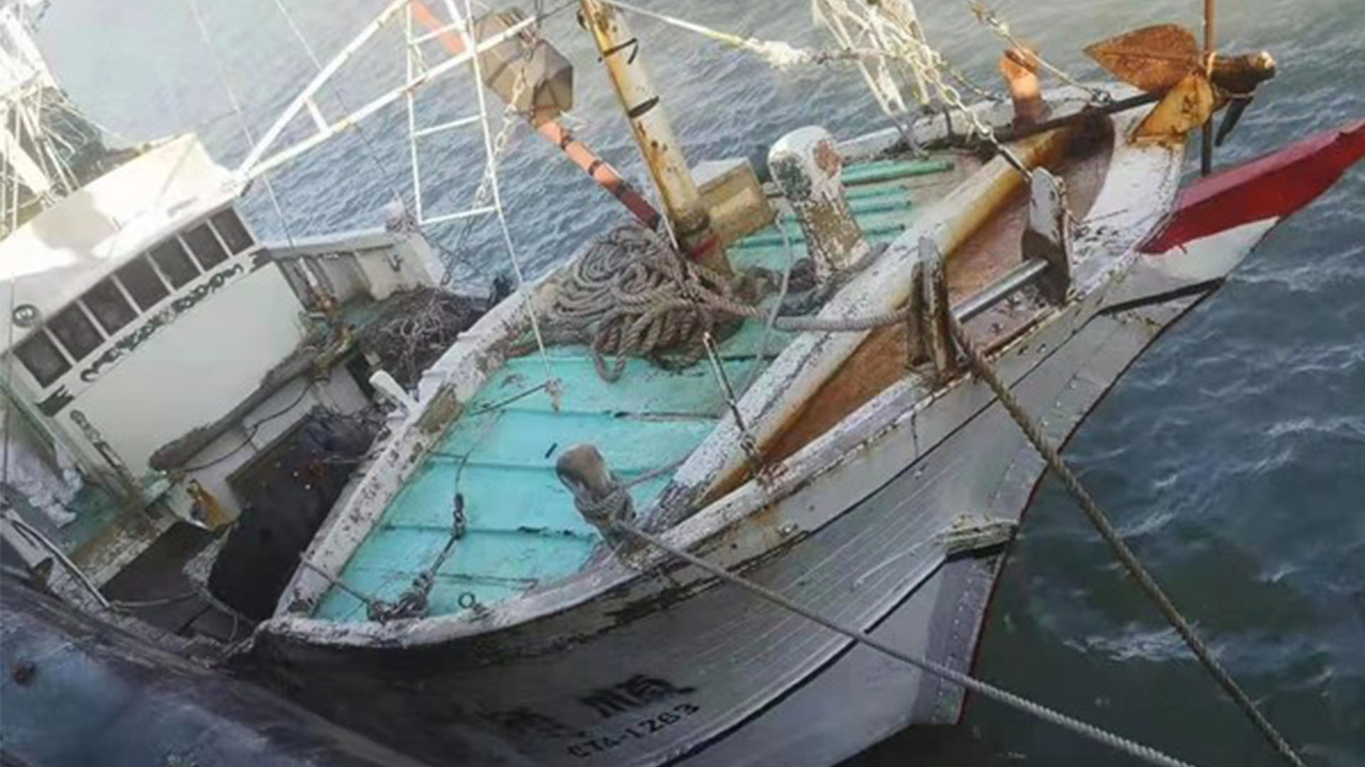 福建平潭有关方面紧急救援一艘遇险台湾渔船
