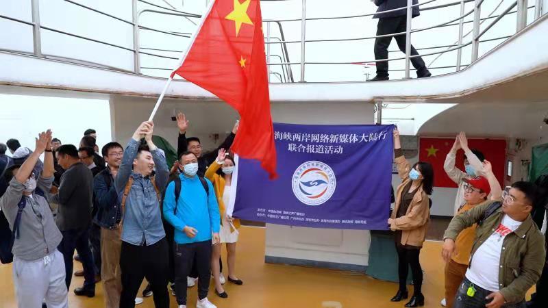 两岸网络新媒体人在港珠澳大桥共同唱响《我和我的祖国》!图片